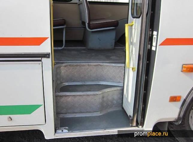 Вход в автобус ПАЗ 32054