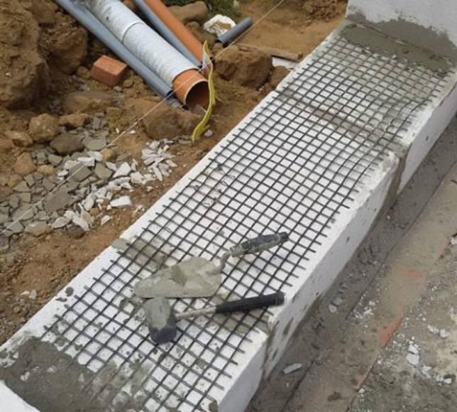 Укладка армирующей сетки на газобетонные блоки потребует увеличение толщины шва